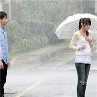 女生淋雨伤感背影图片