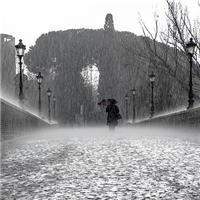 一个人雨中漫步图片:独自一人雨中漫步图片