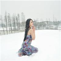 美女看下雪的背影图片:雪中女生背影唯美图片