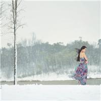女生在冬天背影图片:雪中美女背影写真图片