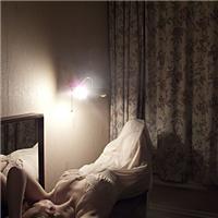 夜晚女孩房间意境图片:女孩房间夜晚图片