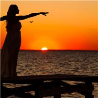夕阳下的女孩背影图片 夕阳图片一个人背影女
