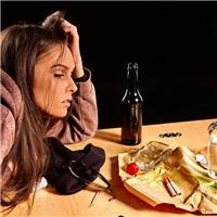 女人伤心喝酒的图片 酒喝多了头疼图片
