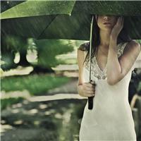 女生背影图片伤感下雨