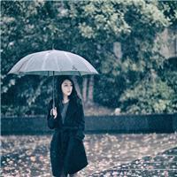 车站一人在雨中的图片