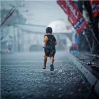 在雨中狂奔的伤感图片