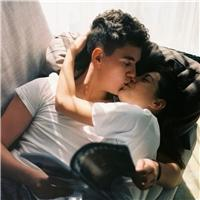 情侣床上拥抱图片唯美