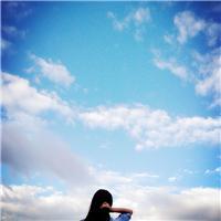 一个女孩仰望天空图片
