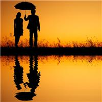情侣雨中打伞背影图片
