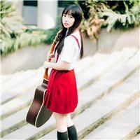 背吉他的女生背影图片