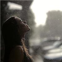一个人雨中淋雨伤感图