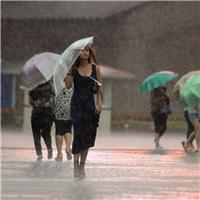 下雨一个人打伞的图片