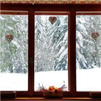 窗外飘雪的图片