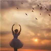 最开始也是踩着七色云朵而来 照亮过你的整个世界 而是学会重新开始