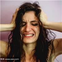一个人孤独喝酒或者流泪的图片