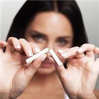 女人抽烟流泪的照片_孤独一个人抽烟伤感图片