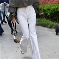 街拍,气质迷人美少妇身穿露肩上衣配白色紧身裤,尽显成熟韵味