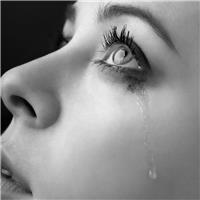眼角流泪的女人