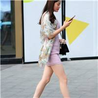 时尚街拍:一件紫se紧身包臀裙,穿出中年女人的优雅与新感!