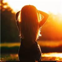 一个人的黄昏女生背影图片