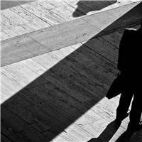 男生一个人的孤单黑白图片