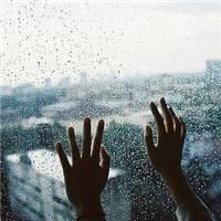 下雨天淋雨背影女伤感