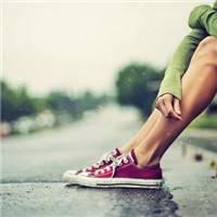 壁纸/下雨天路边休息的孤独美女