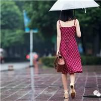 背影总是留有太多遐想,若隐若现若现的纹身,雨中撑伞的红裙女孩