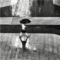 雨中打伞的女人