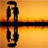 情侣雨中打伞背影图