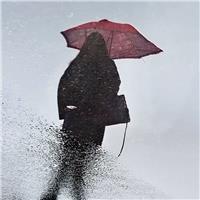 雨中打伞的少女,手机拍