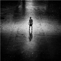 一个人在雨中的图片