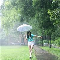 一个人在雨中玩耍