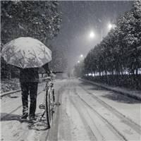 一个人走的时候,喜欢听脚下踩雪的时候咯吱咯吱的声音.