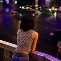 夜晚一个人在街头图片