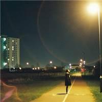 伤感孤独图片路灯下一个人盯着看路灯图片