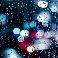 雨在玻璃上的图片