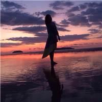 美景下的我们有颗祈求长久平和,永远安定的心#女生#夕阳#背影#海边