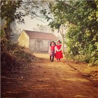 期待新年的农村女孩儿们,穿着红色的新衣,站在村口等待#小孩#乡村