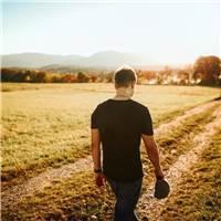 最先道歉的人最勇敢;最先原谅的人最坚强;最先释怀的人最幸福.#男生#男人#背影