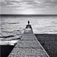 何为无聊,何为寂寞#黑白#背影#海边