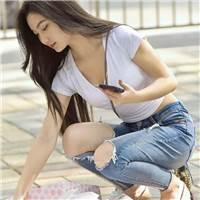 武汉街拍:小姐姐穿低胸肚脐小衬衫,彰显肉感却被路人欺负#街拍