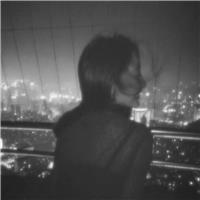 不用怀疑 失望和无助是并存的.——乔薇#女生#夜晚#背影#黑白